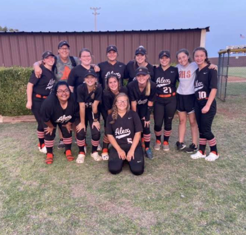 HS softball girls 🧡🖤